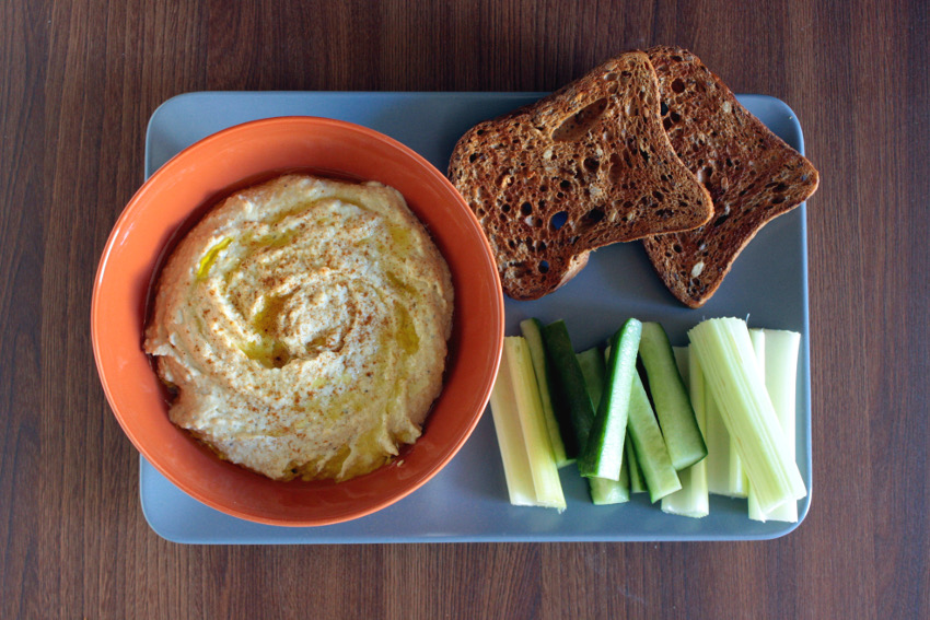 Hummus mit Gemüse-Sticks und Brot.