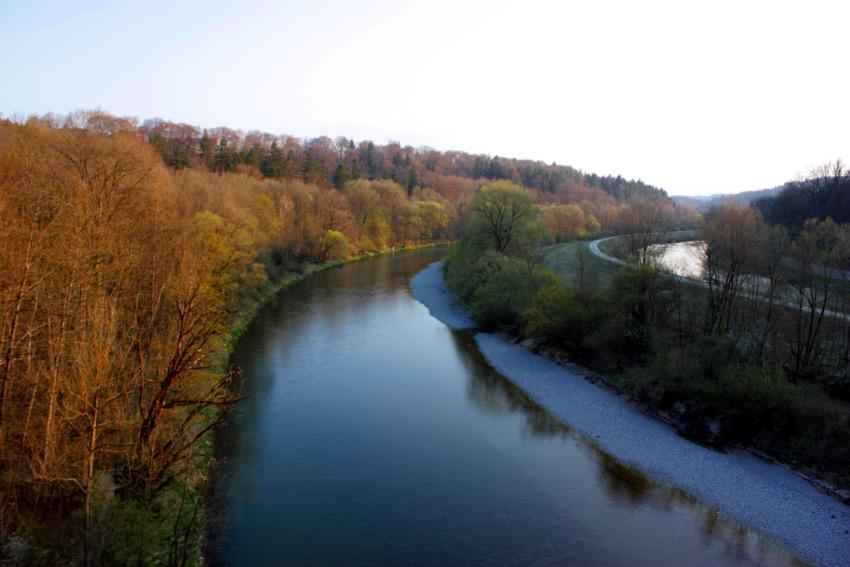 Die Isar von der Grünwalder Brücke aus betrachtet.