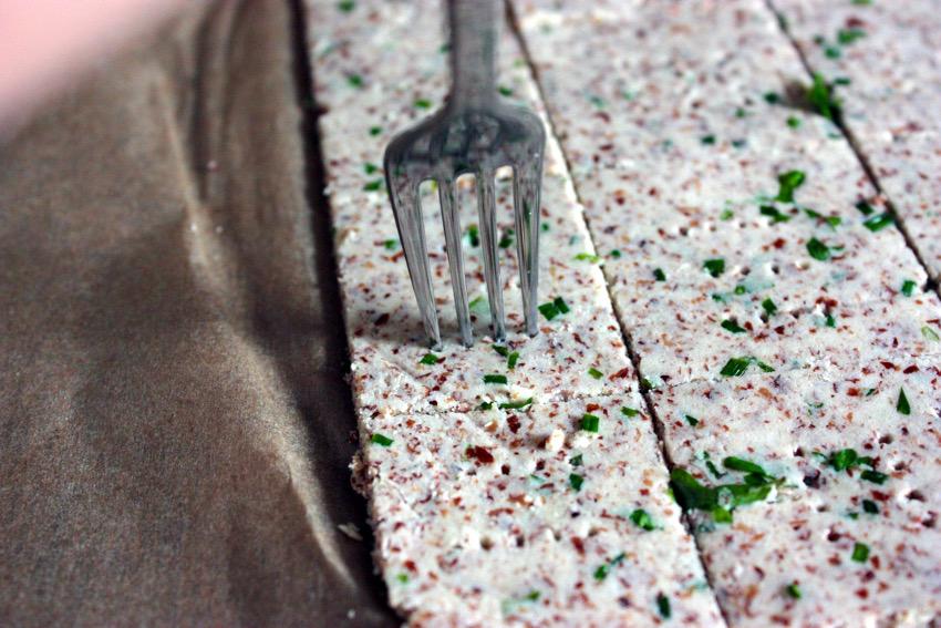 Den Teig mit einer Kuchengabel einstechen