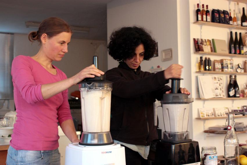 Ina und Ebru stellen Mandelmilch her