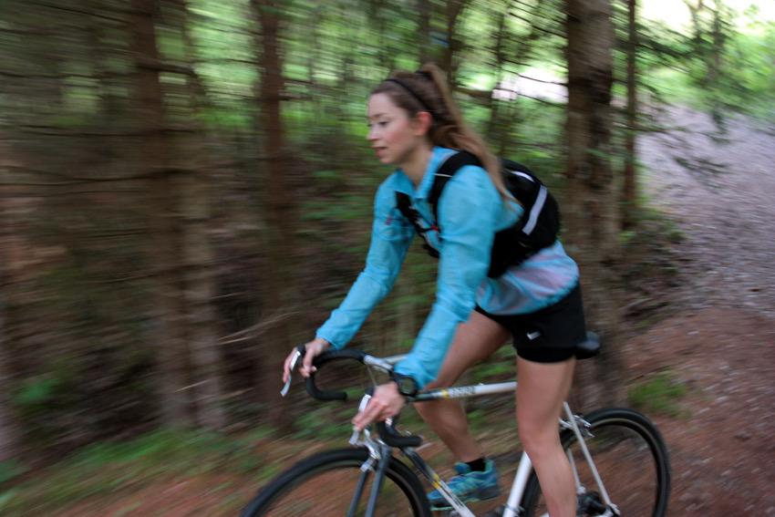 Durch den Wald ging es auch mal rasant über die Trails