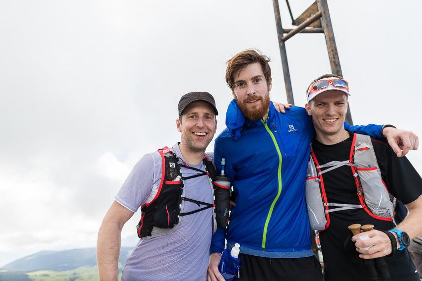 Freude am zweiten Gipfelkreuz des Tages: Tobias von SportScheck, Jaques und Patrick, die TrailSessions Gewinner. Foto: SportScheck