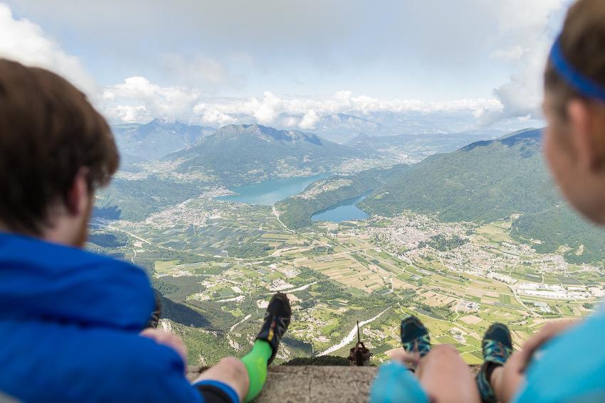 Rast am Gipfel des Cima Vezzena mit Ausblick auf den Caldonazzosee (links) und den kleineren Levicosee (rechts). Foto: SportScheck