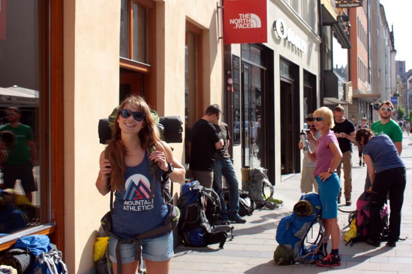 Am The North Face Store bekamen wir Zelt, Schlafsack, Isomatte, sowie den Rucksack zum Transport geliehen. Einen Verpflegungsbeutel zum Behalten und Inhalt verspeisen gab es auch.