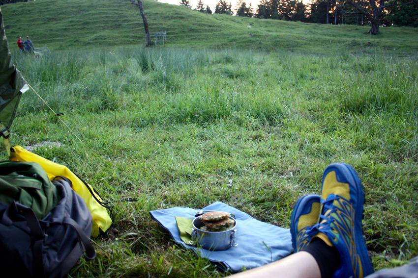 Zucchinipuffer als Abendessen auf den 5-to-9-Hike Event von The North Face und Neverstopmunich.
