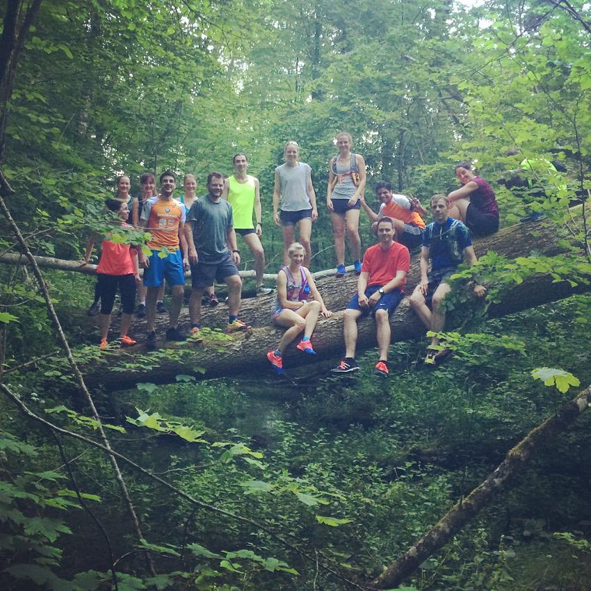"""Getreu dem Motto: """"Never stop exploring"""" sind die Teilnehmer mutig für das Gruppenbild auf die Baumstämme gekraxelt."""