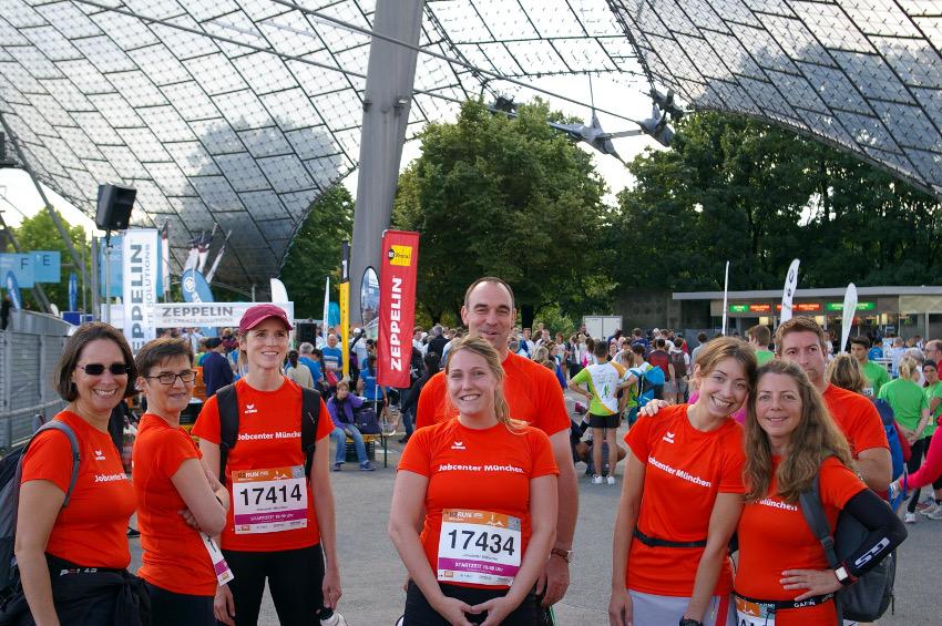 Treffen mit den Kollegen vorm Start des B2RUN. Rechts neben mir ist Heidi aus meiner Laufgruppe. Foto: Jobcenter München