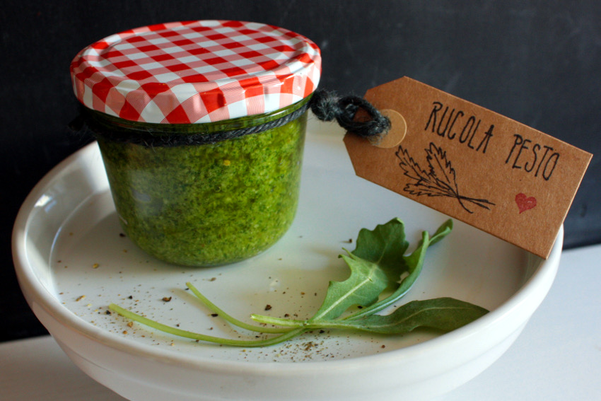 In ein hübsches Glas abgefüllt kann das Pesto auch ein tolles Mitbringsel sein.