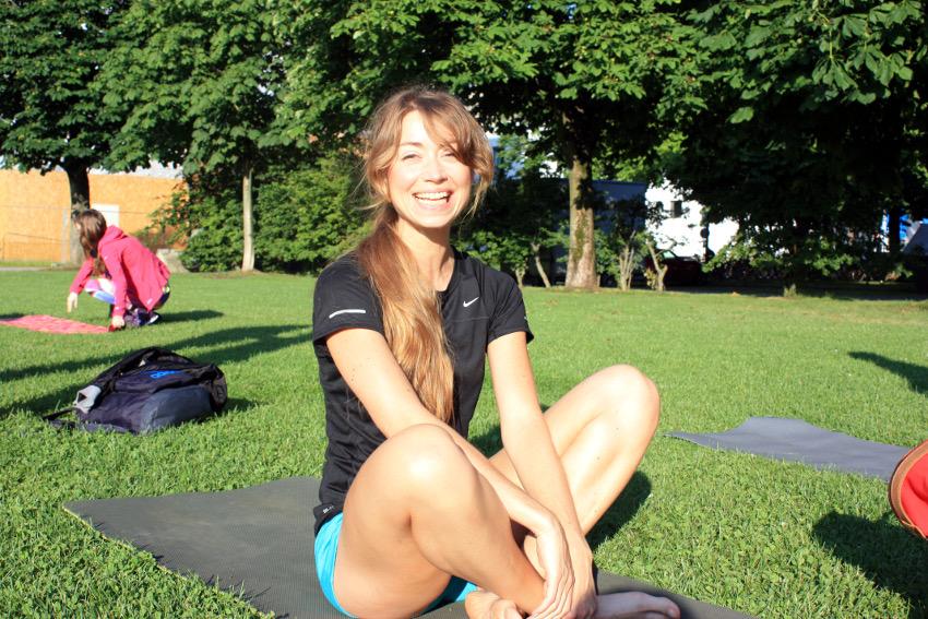 Yoga an der frischen Luft und beim Sonnenaufgang hat mich heute sehr glücklich gemacht. Auch, wenn ich noch nicht mal einen Schneidersitz kann.