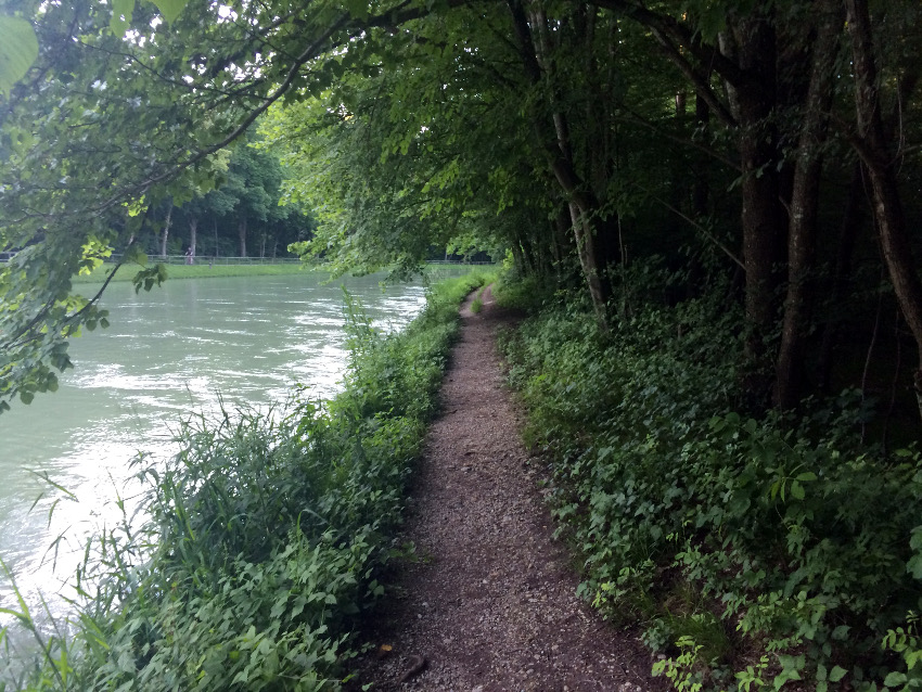 Zurück ging es über den schmalen Pfad entlang am Isarwehrkanal.