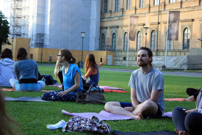 Erfahrene Yogis und Anfänger, wie ich, kamen zum Sunrise Yoga an der alten Pinakothek.