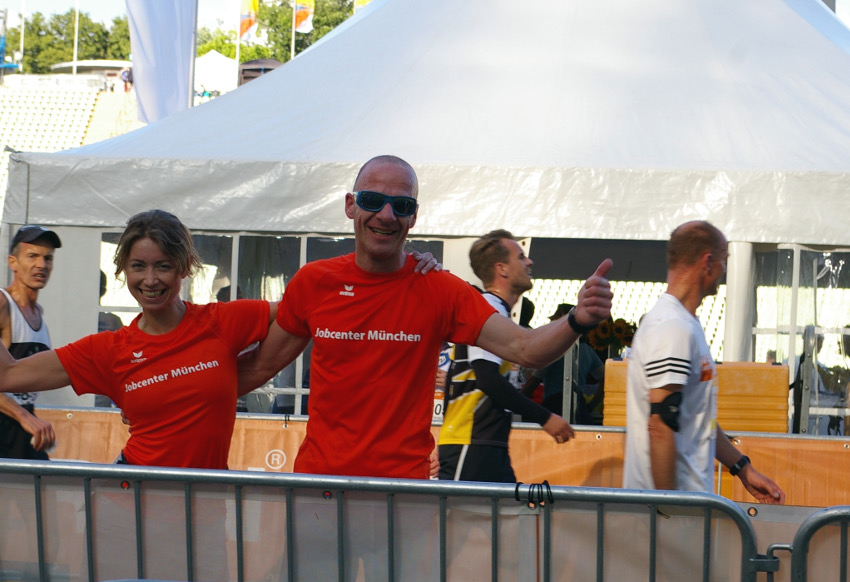 Glücklich und zufrieden sind mein Kollege und Transalpine Run Partner Mario und ich im Ziel beim B2RUN angekommen. Foto: Jobcenter München