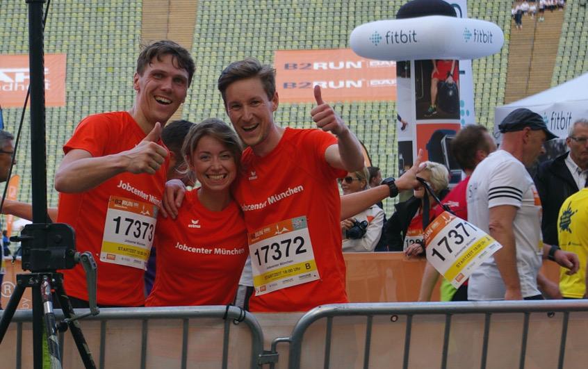 """Ein Foto mit den """"großen Jungs"""" aus unserem Team, die geschafft aber glücklich im Ziel angekommen sind. Foto: Jobenter München"""