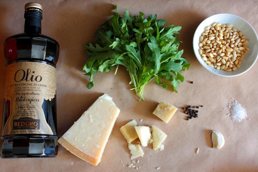 Die Zutaten für das Rucola Pesto.