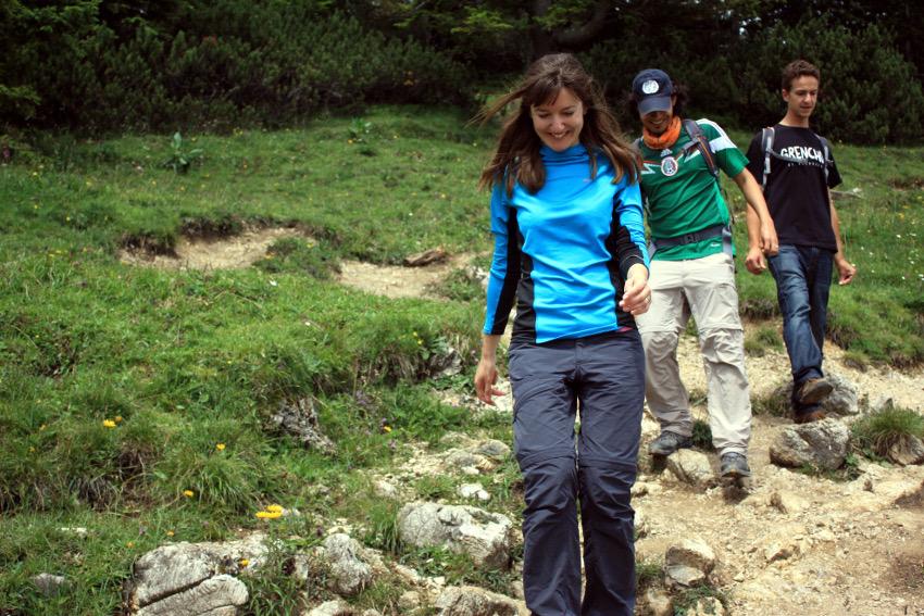Abstieg vom Gipfel und Vorfreude auf die Einkehr auf der Jocheralm: Ewelina, Mario und Jon.