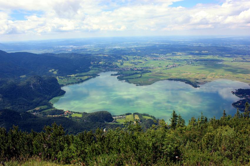 Der Kochelsee vom Jochberg Gipfel aus gesehen.