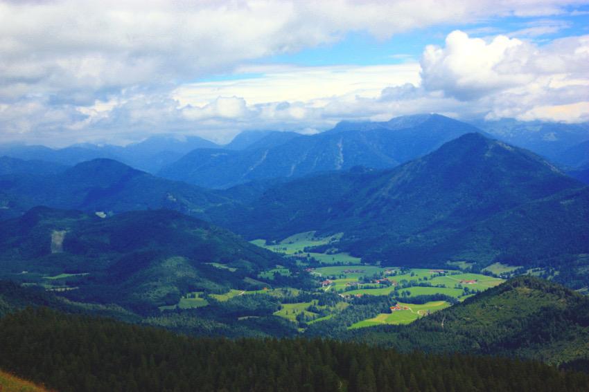 Panoramablick vom Jochberg Gipfel aus.