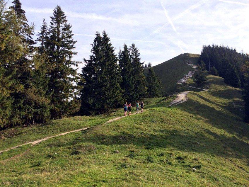 Die Mädels auf dem Weg zum Gipfel der Baumgartenschneid.
