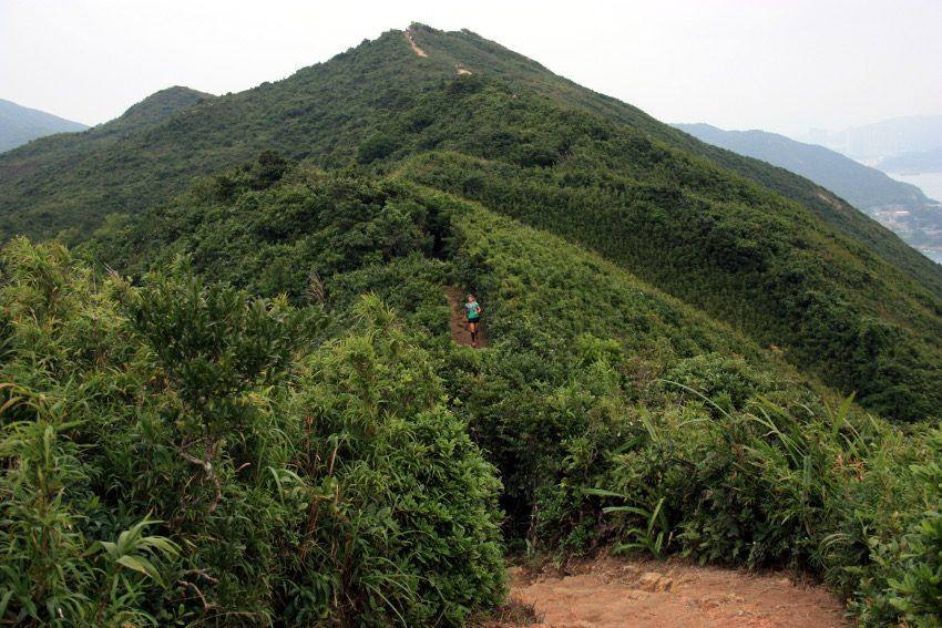 """Die Hügelkette """"Dragon's Back"""" schlängelt sich entlang der Küste von Hongkong Island."""