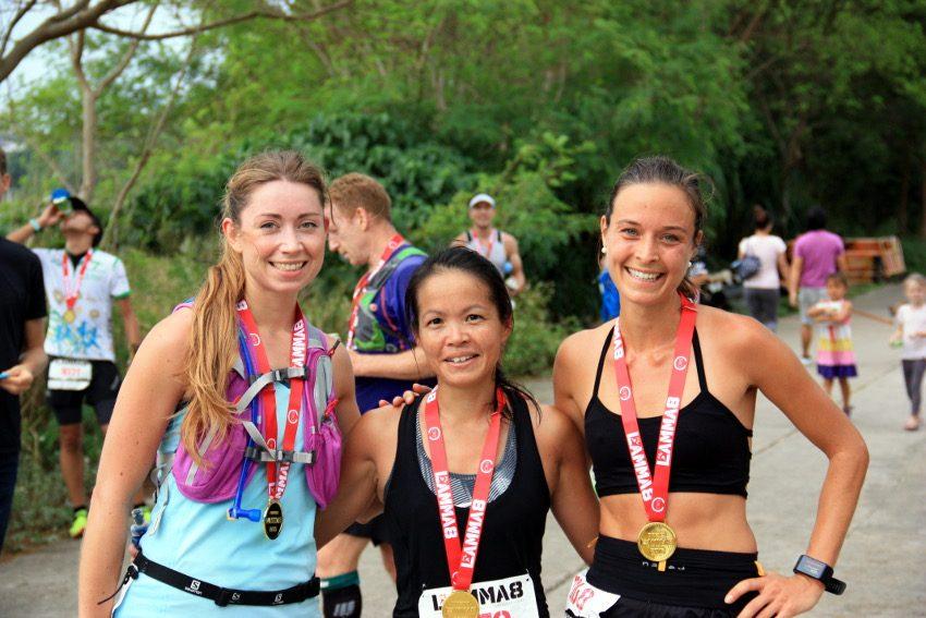 Wir waren die drei schnellsten Frauen beim Lamma8 Race in Hongkong. V.r.n.l.: Silke Bender, Ann Cheng-Echevarria, ich.